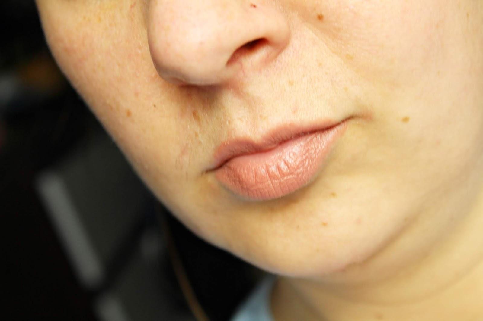 szminka do ust w odcieniu Nude Allure Lily Lolo