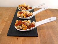 Cucharas de Berberechos al Martini con naranja y cortezas de cerdo.