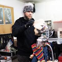 Child's Play | Foto do rosto do novo Chucky vaza e decepciona os fãs  Todd Masters, da MastersFX, montando um dos animatronics para o novo Child's Play.