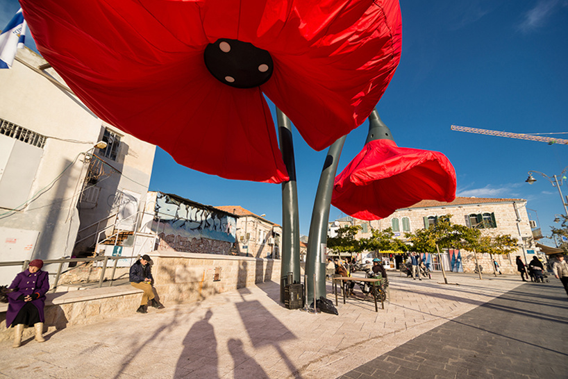 When pedestrians walk by, the flowers inflate. - These Sculptures Are Hiding An Unusual Secret… And It's Slightly Freaky.