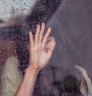 wanita sedih karena susah move on