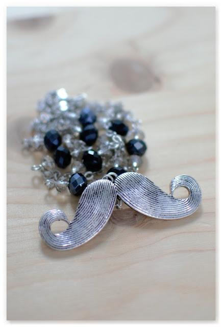 sautoir moustache et perles noires