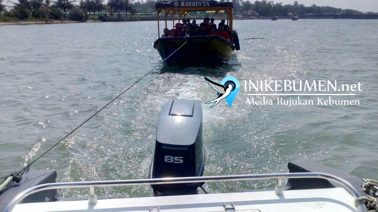 Mogok Saat Angkut Wisatawan, Perahu Wisata di Logending Diderek Speedboat Polres Kebumen