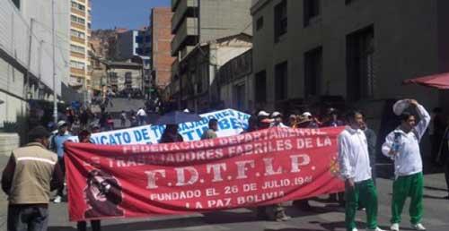 Fabriles amenazan con bloquear la entrada al Gran Poder de La Paz