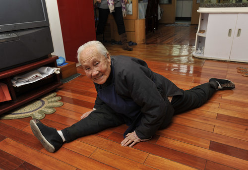 11 Amazing Seniors Doing Yoga Doyouyoga