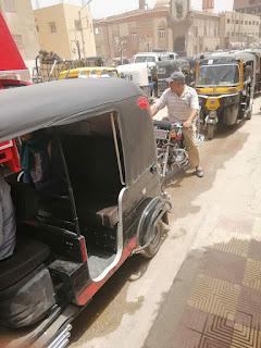 فوضي السير المخالف تجتاح شارع احمد عرابي امام مجلس مدينة طما بسوهاج
