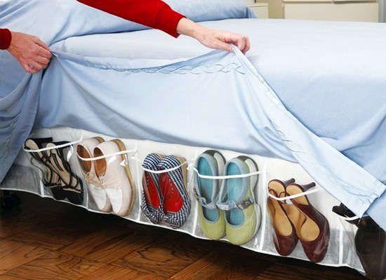 Aprovecha los laterales de tu cama para ordenar tu calzado