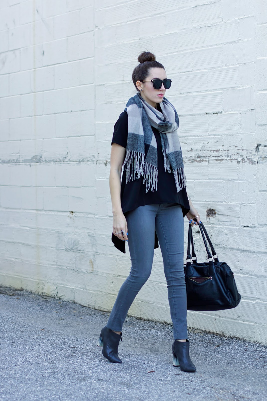 what-to-wear-with-grey-jeans