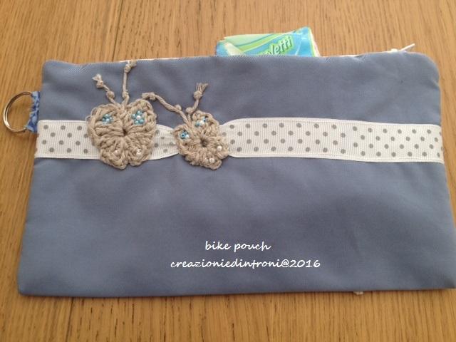 pochette blau claire avec applique à crochet papillions au dos
