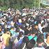 Multidão de venezuelanos cruzam a fronteira para comprar comida na Colômbia