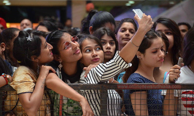 Fans of Shah Rukh khan taking a selfie in a mall in Ludhiana