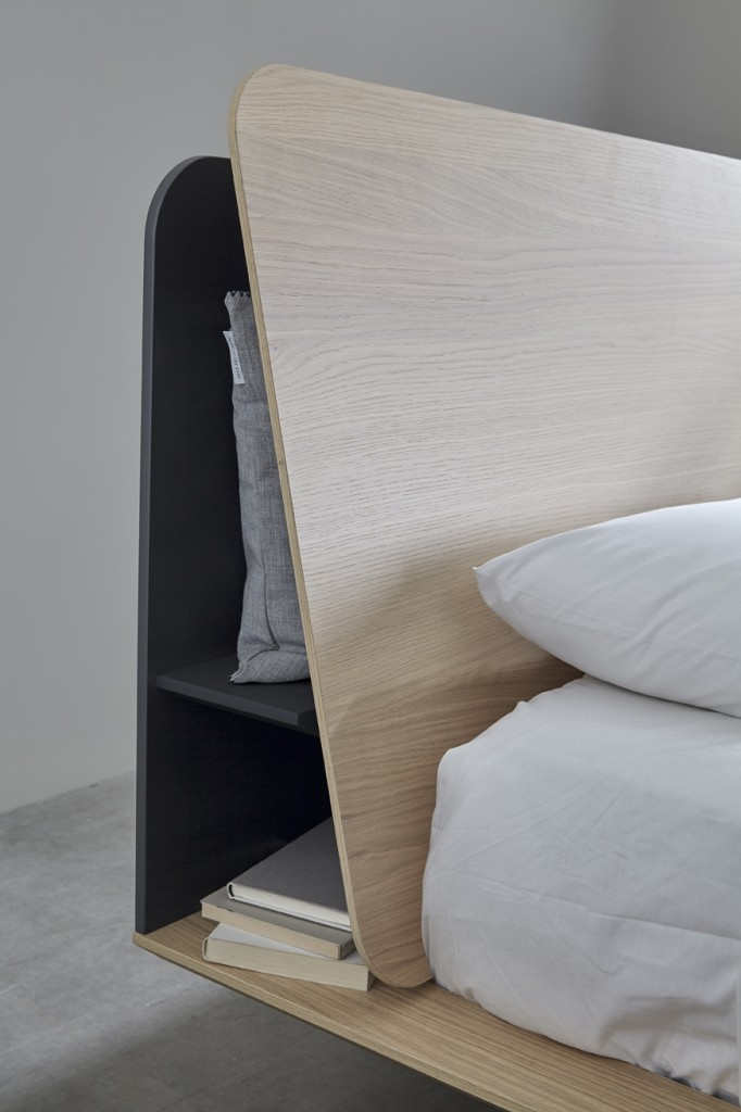 Łóżko z ukrytym schowkiem za zagłówkiem.