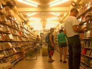 "<a href=""url gambar""><img alt=""rambuttri road bookstore bangkok thailand"" src=""urlgambar"" title=""toko buku rambuttri road bangkok thailand"" />"