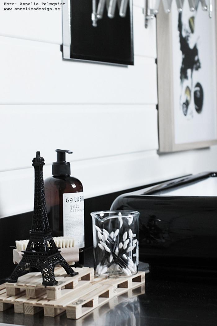 minilastpall, lastpallar, kemiglas, toalett, badrum, badrummet, tavla, tavlor, smink, sminktavla, sminktavlor, make up, powder, puder, annelies design, inredning, svart och vitt, svartvit, svartvita, poster, posters, konsttryck, print, prints, webbutik, webbutker, webshop, inredningsdetlajer, eiffeltorn som prydnad, eiffeltornet, svart, tvättfat, badrumsmöbel, panel, blandare, klämspot, ikea, spegel, speglar,