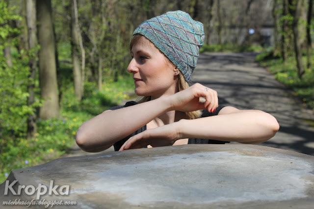 Prosta czapka ręcznie zrobiona na drutach