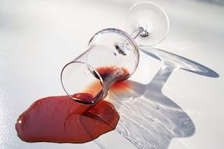 Macchie di vino rosso su tovaglia