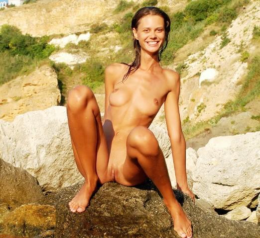 Эротика фотографии ню: на закате голенькая (15 фото 18+) www.eroticaxxx.ru маленькая грудь, бритый лобок и упругая попка - Эро ню на закате