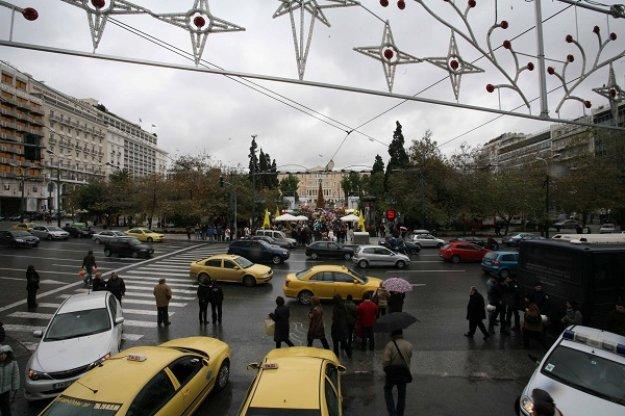 IOBE: Το 57% των Ελλήνων μετά βίας τα βγάζει πέρα