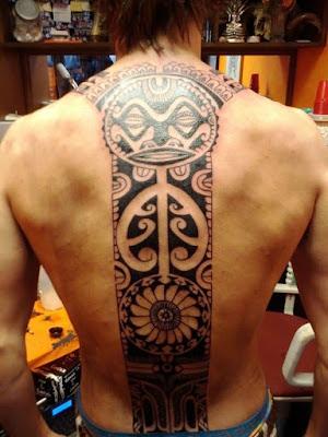 tatuaje maori del sol en la espalda