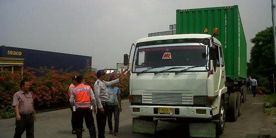 Overload, Puluhan Truk Kontainer Di Tol Cikampek Ditilang