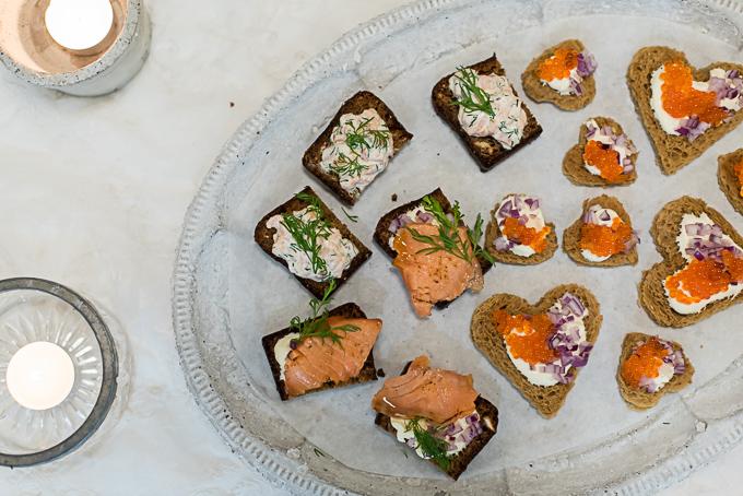 lohitäyte saaristolaisleiville, mäti, punasipuli ja smetana. Leipäpalat, pientä suolaista, coctailpalat