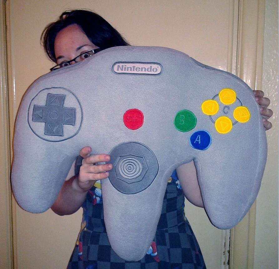 8dae83a7dc79d1 Que tal um travesseiro gigante em formato do controle do Nintendo 64 ...