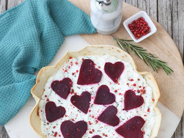 Torta salata di piadina con ricotta, barbabietole e pepe rosa