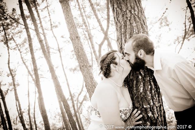 portrait mariés bisous en sépia en forêt