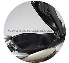 YAMAHA NNMAX : KOMPARTEMEN BOX  Cukup ruang untuk helm ekstra besar