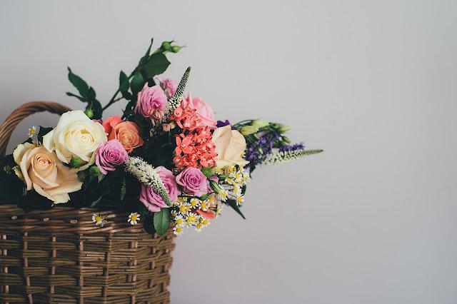 Decoração com vasos de flores para alegrar a casa