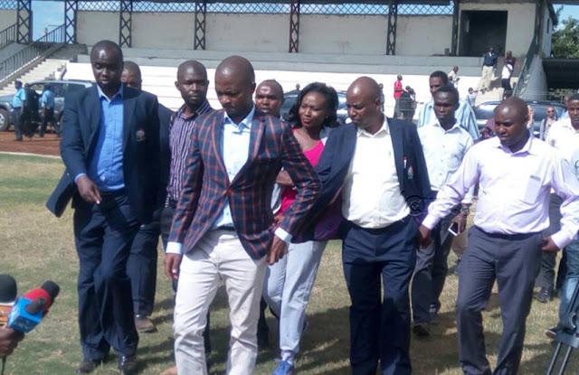 Rais wa FKF Nick Mwendwa kwenye ukaguzi wa uga wa Kinoru,Meru.Picha kwa hisani ya CITIZEN DIGITAL