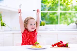 """Alimentar a tu niño puede ser un reto diario. No te impacientes, es solo una etapa. Si bien la alimentación de los niños es un proceso que constantemente está entre las preocupaciones de los padres, durante los primeros dos años está relacionada con condiciones como el cambio de leche a alimentos complementarios, introducción de otros, manejo de texturas, uso de la cuchara, entre otros.  """"Luego de esta etapa comienzan a aparecer en los padres frases como """"antes se comía todo lo que le daba y ahora no quiere comer"""" o """"no sé qué hacer para que coma"""", lo cual puede resultar en la consulta a especialistas, como parte del temor a que el niño esté mal alimentado, baje de peso y talla"""".  Existen tres tipos de inapetencia:  Inapetencia fisiológica:  Los niños, después de cumplir el primer año de vida, no crecen ni aumentan de talla como en los meses anteriores. """"En esta etapa se desacelera su crecimiento y adquiere nuevas habilidades. El infante se interesa más por el juego y por el mundo a su alrededor que por la comida"""".  Así mismo, disminuyen sus necesidades calóricas. En los primeros 12 meses, el pequeño requiere de 100 a 120 calorías por kilo, mientras que en la etapa preescolar entre 80 y 100, señala la nutricionista Adriana Cleves.  Inapetencia orgánica:  la segunda inapetencia suele ir acompañada de algún tipo de enfermedad, como problemas infecciosos en los riñones, en los pulmones o gastrointestinales. En los primeros 12 meses de vida, los bebés deben comer muy bien, indica el doctor Gómez. Si no quieren recibir leche materna o, entre los 6 y los 12 meses ningún alimento, es prudente consultar con el pediatra.  Inapetencia relacionada a los malos hábitos:  El tercer tipo de inapetencia es producto de malos hábitos alimentarios. Por ejemplo, los menores consumen dulces y comidas de paquete en exceso. """"También influyen la omisión de comidas, la laxitud de los fines de semana con respecto a los horarios, la poca variedad en el menú, el consumo de líquidos antes de un"""