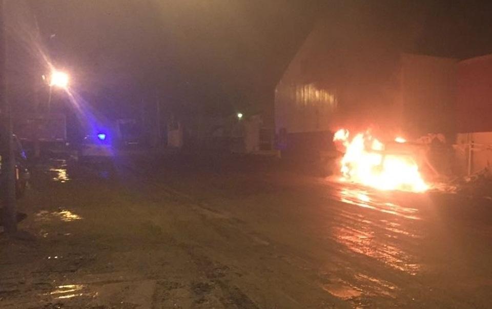 Incendian vehiculo estacionado