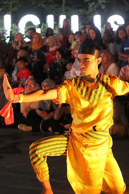 aksi perorangan penari di Pontianak Menari