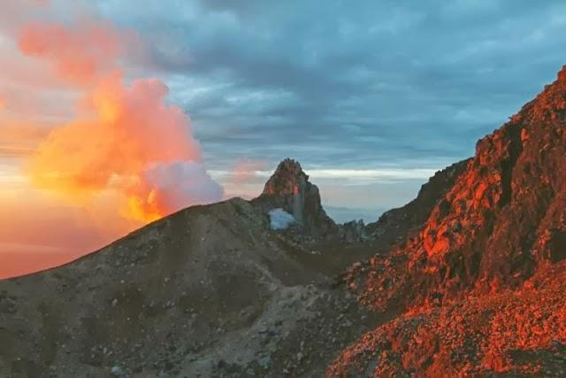 Puncak Gunung Sinabung Kala Matahari Terbit