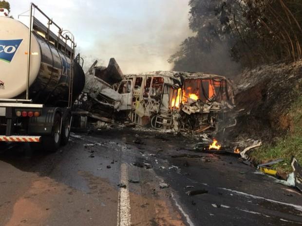 Batida frontal entre ônibus e caminhão deixa 20 mortos e vários feridos