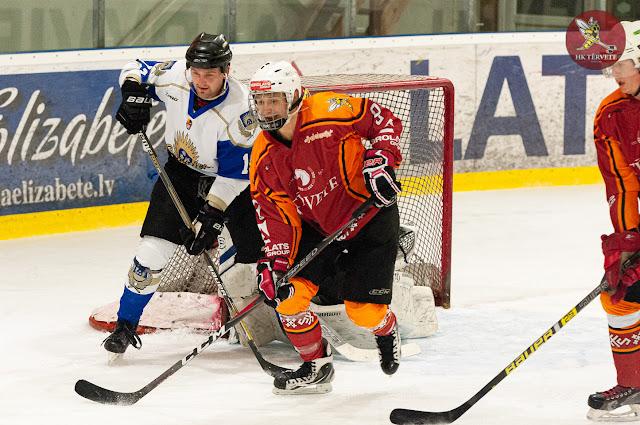 Hokejistu cīnās vārtu priekšā