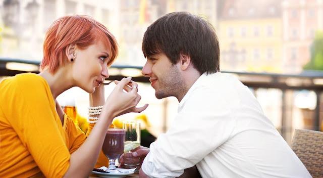 Chica divertida en una cita con su novio