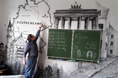 Malowanie obrazów na ścianie, mural w klasie językowej, malowidło ścienne namalowane w szkole