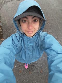 Coureuse, manteau de pluie, asphalte