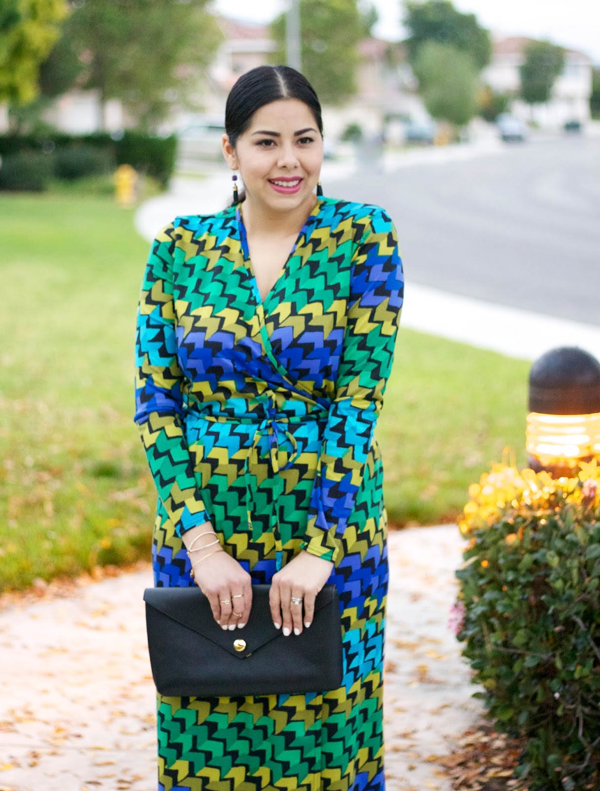 Linel Ellis Clutch, how to wear a printed dress, green and blue printed dress, brunette blogger