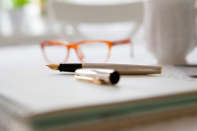 biurko, przygotowania, przybory piśmiennicze, okularnicy, jare gody; źródło: JestRudo