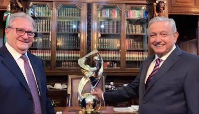 AMLO es nombrado embajador del beisbol en el mundo