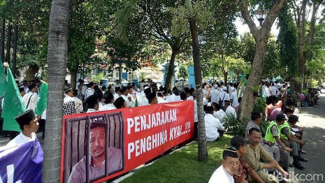 Sidang Ujaran Kebencian Terhadap Kyai, Ribuan Warga Kepung Pengadilan di Banyuwangi
