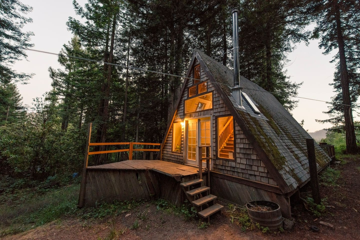 01-airbnb-Architecture-with-A-Frame-House-with-properties-of-the-Tardis-www-designstack-co