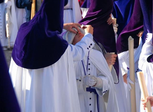 Joven nazareno sangra Madrugá Semana Santa Sevilla