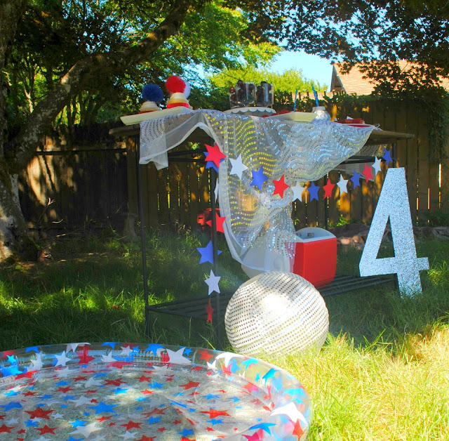 4th of July summer pool party. Click on over to FizzyParty.com for more ideas.