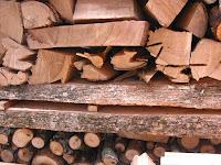 薪棚と楠の板