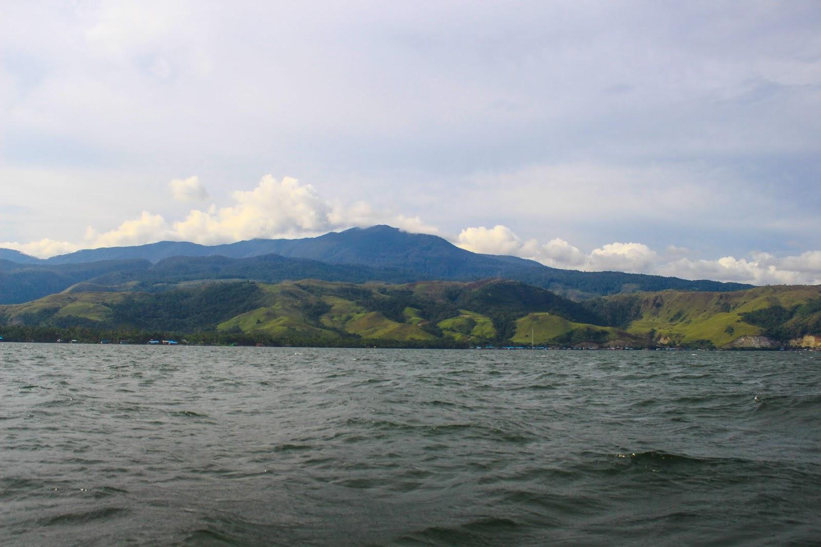 Panorama-Danau-Sentani.jpg