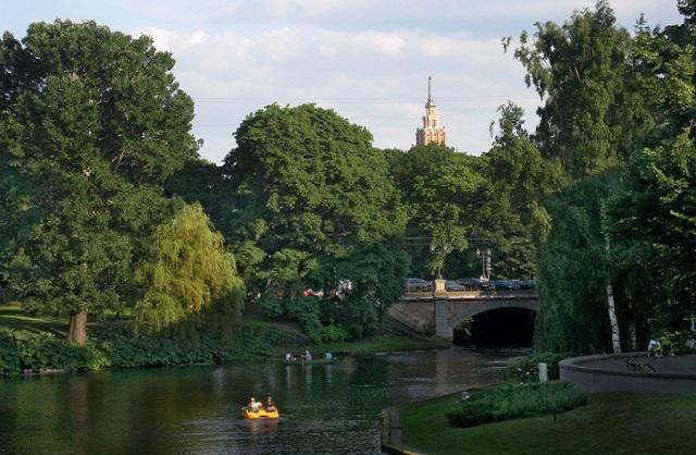 El canal Pilsetas limita al este la ciudad antigua de Riga